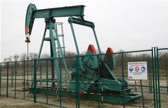 Нефтяная вышка на месторождении под Парижем, 27 января 2011 года. Нефть показывает небольшое снижение в понедельник утром, торгуясь около $114,5 на фоне укрепление доллара США и риска того, что дефолт Греции негативно отразится на всей еврозоне, снизив спрос на сырье. REUTERS/Jacky Naegelen