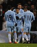 """Футболисты """"Манчестер Сити"""" радуются голу, забитому в игре против """"Фулхэма"""" в Манчестере, 4 февраля 2012 года. """"Манчестер Сити"""" смог оторваться от преследователей из """"Манчестер Юнайтед"""", выиграв сам и воспользовавшись осечкой соперника в 24-м туре чемпионата Англии. REUTERS/Nigel Roddis"""