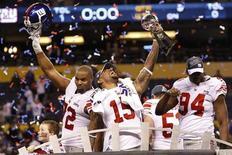 """Футболисты """"Нью-Йорк Джайантс"""" празднуют победу в матче за Суперкубок Национальной футбольной лиги (NFL) на стадионе в Индианаполисе (США), 5 февраля 2012 года. """"Нью-Йорк Джайантс"""" одержали волевую победу над """"Нью-Ингланд Пэтриотс"""" в матче за Суперкубок Национальной футбольной лиги (NFL) США, так называемом Super Bowl. REUTERS/Mike Segar"""
