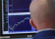 Трейдер следит за ходом торгов на бирже Уолл-стрит в Нью-Йорке, 3 февраля 2012 года. Проблемы Европы снова будут в центре внимания инвесторов на наступившей неделе, так как более половины компаний США уже отчитались, а макроэкономической статистики будет недостаточно, чтобы дать направление рынку. REUTERS/Brendan McDermid