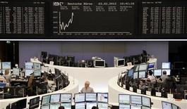 Трейдеры перед электронным табло на Франкфуртской фондовой бирже, 3 февраля 2012 г. Европейские рынки акций открылись небольшим снижением в понедельник, так как затянувшиеся попытки Греции избежать хаотичного дефолта заставляют инвесторов торговать с осторожностью. REUTERS/Sonya Schoenberger