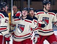 """Хоккеисты """"Нью-Йорк Рейнджерс"""" радуются победе в игре против """"Филадельфии"""" в Нью-Йорке, 5 февраля 2012 года. """"Нью-Йорк Рейнджерс"""" одержали победу в матче лидеров Восточной конференции НХЛ, со счетом 5-2 обыграв """"Филадельфию"""". REUTERS/Ray Stubblebine"""