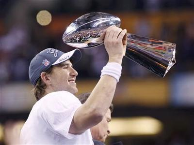 New York Giants quarterback Eli Manning raises the Vince Lombardi Trophy after defeating the New England Patriots to win the NFL Super Bowl XLVI football game in Indianapolis, Indiana, February 5, 2012. REUTERS-Matt Sullivan