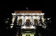 Вид на Центральный банк РФ ночью в Москве, 8 декабря 2011г. Центральный банк РФ предупредил банки, что будет управлять инфляцией через процентные ставки, а значит, рубль будет волатилен, и посоветовал банкирам держать нулевые валютные позиции или надежно хеджировать риски. REUTERS/Denis Sinyakov