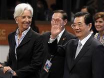 """Глава МВФ Кристин Лагард и президент Китая Ху Цзиньтао на первом пленарном заседании Саммита АТЭС в Гонолулу, 13 ноября 2011 г. Рост экономики Китая может сократиться в 2012 году вдвое, если долговой кризис Европы столкнет мировую экономику в рецессию, усиливая давление на Пекин прибегнуть к """"значительным"""" монетарным стимулам, сообщил Международный валютный фонд (МВФ). REUTERS/Jason Reed"""