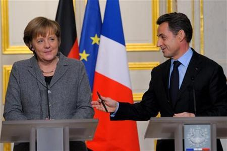 France's President Nicolas Sarkozy (R) and German Chancellor Angela Merkel attend a news conference at the Elysee Palace in Paris, February 6, 2012 following a Franco-German intergovernmental meeting.   REUTERS/Philippe Wojazer