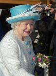 <p>La Reina Isabel II de Gran Bretaña sonríe durante una visita a la escuela infantil de Dersingham, al este de Inglaterra, 6 febrero, 2012. Hoy la Reina Isabel cumple 60 años en el trono. REUTERS/Arthur Edwards/ Pool</p>