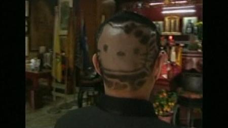 2月6日、サンリオの人気キャラクター「ハローキティ」のアクセサリーや服を身に着けた女の子をよく見かける台湾。その台湾で、髪形を「キティちゃんカット」にした50歳の男性が話題を呼んでいる。写真はCTSの映像から(2012年 ロイター/CTS)