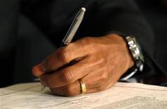 Президент США Барак Обама подписывает Акт о санкциях против Ирана в Вашингтоне, 1 июля 2010 года. Президент США Барак Обама подписал распоряжение об ужесточении санкций против Ирана и его центрального банка и объяснил решение заморозить активы практикой иранских банков скрывать транзакции, сообщил Белый дом в понедельник. REUTERS/Kevin Lamarque