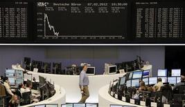 Трейдеры работают в зале Франкфуртской фондовой биржи, 7 февраля 2012 г. Европейские акции снижаются после выхода слабых результатов UBS и Alfa Laval, а также из-за того, что Греции по- прежнему угрожает беспорядочный дефолт. REUTERS/Sonya Schoenberger