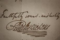 Подпись Чарльза Диккенса в написанном от руки письме в музее Диккенса в Лондоне, 3 февраля 2012 г. Члены королевской семьи, актеры, писатели и обычные люди по всему миру во вторник отметят юбилей британского писателя Чарльза Диккенса, центром торжеств станет столица Соединенного королевства Лондон. REUTERS/Finbarr O'Reilly