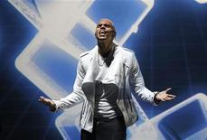 Cantor Chris Brown se apresenta em Los Angeles em novembro. Ele cantará na entrega dos prêmios Grammy no próximo domingo. REUTERS/Mario Anzuoni