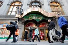 Люди проходят мимо магазина World of Disney в Нью-Йорке, 19 января 2006 года. Прибыль Walt Disney Co в первом квартале финансового года выросла на 12 процентов благодаря телесетям и тематическим развлекательным паркам, сообщила компания. REUTERS/Keith Bedford