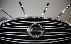 Логотип Nissan Motor Co на автомобиле Nissan в салоне компании в Йокохаме, 8 февраля 2012 г. Nissan Motor Co увеличил квартальную операционную прибыль на 3,6 процента за счет рекордного числа проданных автомобилей в прошлом году, способствовавшего наращиванию рыночной доли во всех основных регионах, и сохранил годовой прогноз. REUTERS/Yuriko Nakao