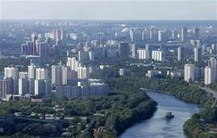 Вид на реку Москва в Подмосковье, 2 сентября 2007 года. Рынок жилья РФ вырос по итогам 2011 года на 26 процентов и показал рекорд по объему сделок купли-продажи квартир, однако цены не везде смогли догнать инфляцию. REUTERS/Denis Sinyakov
