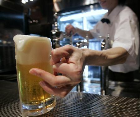 A server serves Sapporo draft beer at Sapporo Bier Garten in Sapporo, northern Japan, February 19, 2007.    REUTERS/Toru Hanai