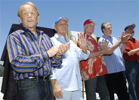 (L-R) Surviving Beach Boys members Al Jardine, Bruce Johnston, Mike Love, Brian Wilson and David Marks appear together for the first time in ten years on the rooftop of Capitol Records in Los Angeles, June 13, 2006.  REUTERS/Chris Pizzello