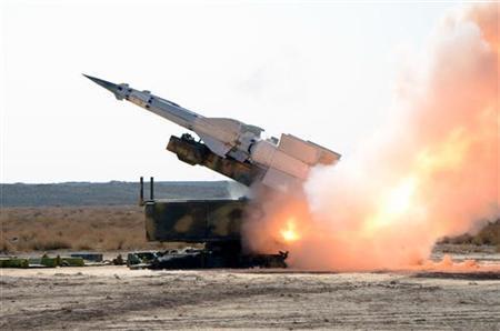 2月7日、混迷を深めるシリア情勢をめぐり、専門家の間には「アラブと西欧諸国」対「ロシアとイラン」の代理戦争に発展しかねないと指摘する声もある。写真はシリア政府軍の軍事演習で試射されるミサイル。昨年12月撮影。提供写真(2012年 ロイター/SANA)