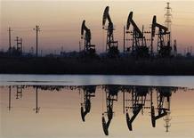 Месторождение Дацин компании PetroChina в китайской провинции Хэйлунцзян, 5 ноября 2007 года. Нефть дорожает в четверг в надежде на возрождение роста спроса, так как Греция приблизилась к тому, чтобы взять долговой кризис под контроль, а опасения о срыве поставок с Ближнего Востока оказывают дополнительную поддержку сырьевым котировкам. REUTERS/Stringer