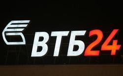 Логотип банка ВТБ 24 в Москве, 25 февраля 2010 года. Второй по величине госбанк РФ ВТБ приобретет акции у частных инвесторов, купивших их во время IPO, по цене 13,6 копейки за бумагу, сообщил глава розничного банка ВТБ 24 Михаил Задорнов во время видеоконференции с регионами. REUTERS/Sergei Karpukhin