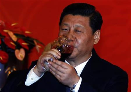 Chinese Vice-President Xi Jinping drinks a glass of red wine as he toasts a dinner, also attended by former U.S. Secretary of State Henry Kissinger, to mark the 40th anniversary of President Richard Nixon's historic visit to China in Beijing January 16, 2012. EUTERS/David Gray