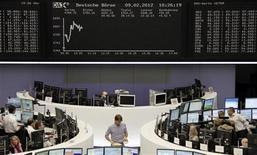 Трейдеры на торгах фондовой биржи во Франкфурте-на-Майне 9 февраля 2012 года. Европейские рынки акций открылись повышением в четверг, так как инвесторы рассчитывают на положительный исход переговоров о новой программе помощи Греции и надеются, что Европейский центробанк пообещает облегчить доступ к ликвидности. REUTERS/Remote/Sonya Schoenberger