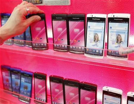 2月9日、電子部品各社の業績は2013年3月期以降、増収増益に向かうとの見方が優勢となっている。都内の家電店で昨年10月撮影(2012年 ロイター/Kim Kyung-Hoon)