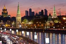 Вид на набережную реки Москвы, Кремль, здание МИД РФ и финансовый центр Москва-Сити в российской столице 18 октября 2011 года. Российские государственные облигации столкнулись с лавиной спроса со стороны иностранных инвесторов, стремящихся диверсифицировать пострадавшие от кризиса еврозоны портфели, вызвав удивление властей РФ, но не аналитиков, которые называют множество причин для спроса из-за рубежа. REUTERS/Anton Golubev