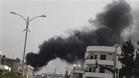 Охваченные дымом строения в предместьях Хомса 8 февраля 2012.Сирийские вооруженные силы в четверг обстреляли из минометов занятые оппозицией районы Хомса, сообщили активисты. Разделившиеся во мнениях мировые державы безуспешно пытаются найти способ остановить кровопролитие. REUTERS/Handout