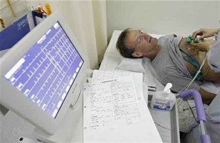 Stroke patient Nelson Graves undergoes an electrocardiogram (ECG) test while recovering at Juntendo University Hospital in Tokyo September 18, 2007. REUTERS/Kim Kyung-Hoon