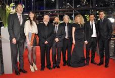 Membros do júri chegam para a exibição de 'Adeus à Rainha' durante a abertura do 62o Festival Internacional de Cinema de Berlim. Da esquerda para a direita: o fotógrafo e diretor holandês Anton Corbijn, a atris franco-britânica Charlotte Gainsbourg, o diretor britânico e presidente do júri Mike Leigh, o diretor e escritor iraniano Asghar Farhadi, o autor algeriano Boualem Sansal, a atriz e cantora alemã Barbara Sukowa, o diretor e escritor francês François Ozon e o ator norte-americano Jake Gyllenhaal, 9 de fevereiro de 2012. REUTERS/Morris Mac Matzen