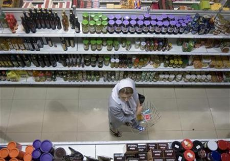 A woman carrying a basket shops at a supermarket in northern Tehran, May 26, 2009.  REUTERS/Morteza Nikoubazl