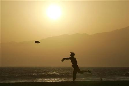 A man plays frisbee on Venice Beach in Venice, California in this photo taken June 21, 2010.  REUTERS/Jonathan Alcorn