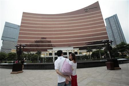 Tourists stand outside the Wynn Casino in Macau May 17, 2011.  REUTERS/Tyrone Siu