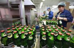 Люди работают на пивоваренном заводе в Ставрополе 11 августа 2011 года. Пивоваренные компании, работающие в России, могут испытать еще два года нестабильности в связи с последними ограничениями на рынке, говорится в пресс-релизе, распространенном рейтинговым агентством Fitch. REUTERS/Eduard Korniyenko