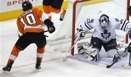 """Нападающий """"Филадельфии"""" Брэйден Шенн (номер 10) забрасывает шайбу в ворота """"Торонто"""" в матче НХЛ в Филадельфии 9 февраля 2012 года. """"Филадельфия"""" прервала в четверг серию из трех поражений подряд, одолев на домашнем льду """"Торонто"""" 4-3. REUTERS/Tim Shaffer"""