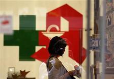 Женщина в аптеке в Берлине 19 мая 2009 года. Крупнейший российский фармпроизводитель Фармстандарт за 2011 год увеличил продажи на 43,7 процента до 42,7 миллиарда рублей, сообщила компания в пятницу. REUTERS/Tobias Schwarz