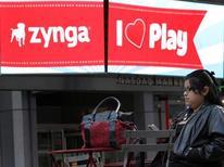 Логотип Zynga на экране рядом со зданием биржи Nasdaq в Нью-Йорке, 16 декабря 2011 года. Легендарный американский производитель игрушек Hasbro Inc и создатель развлекательного ПО для социальных сетей Zynga Inc объединят силы для разработки новых продуктов. REUTERS/Brendan McDermid