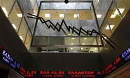 Экраны со значением котировок на фондовой бирже в Афинах, 12 февраля 2010 года. Европейские фондовые индексы снижаются в пятницу из-за опасений исхода долгового кризиса еврозоны, так как министры финансов поставили Греции новые условия получения финансовой помощи. REUTERS/Yiorgos Karahalis