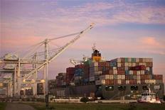 <p>Le déficit commercial américain s'est creusé légèrement plus qu'attendu en décembre et le solde négatif des échanges entre les Etats-Unis et la Chine a inscrit un nouveau record sur l'ensemble de 2011 à 295,5 milliards de dollars. /Photo d'archives/REUTERS/Beck Diefenbach</p>