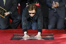 <p>Foto del jueves del músico británico Paul McCartney tocando su estrella en el Paseo de la Fama en Hollywood. Feb 9, 2012. REUTERS/Mario Anzuoni</p>