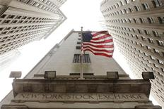 <p>Les valeurs américaines ont ouvert en baisse vendredi, les investisseurs prenant quelques bénéfices en l'absence d'accord définitif dans le dossier de la dette grecque. Dans les premiers échanges, le Dow Jones abandonne 0,8%, le S&P-500 cède 0,9% et le Nasdaq recule de près de 1%. /Photo d'archives/REUTERS/Lucas Jackson</p>