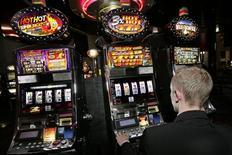 <p>Les casinos du groupe Barrière en France proposent à leurs clients de jouer jusqu'à dimanche leurs derniers francs sur leurs tapis de jeux ou dans leurs machines à sous au lieu de les remettre directement à la Banque de France. /Photo d'archives/REUTERS/Jean-Philippe Arles</p>