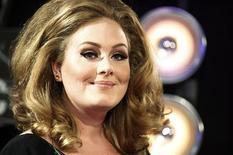 """A cantora Adele posa ao chegar aos 2011 MTV Video Music Awards em Los Angeles, 28 de agosto de 2011. A voz pós-operação da cantora britânica foi ouvida por espectadores da TV norte-americana nesta sexta-feira, quando ela cantou à capela uma versão impressionante de sua canção de sucesso """"Rolling In The Deep."""" REUTERS/Danny Moloshok"""