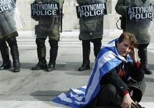 """<p>Répétition: coquille dans la légende de la photo. / Devant le parlement grec, à Athènes. Le gouvernement grec a sommé samedi les députés frondeurs d'apporter leur soutien aux mesures d'austérité exigées par l'UE et le FMI pour la mise en oeuvre d'un second plan de sauvetage, faute de quoi ils engageront le pays sur """"une voie inconnue et dangereuse"""" qui mènera selon lui à la faillite et à l'isolement économique international. /Photo prise le 11 février 2012/REUTERS/Yiorgos Karahalis</p>"""