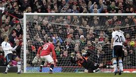 Rooney, do Manchester United, faz seu primeiro gol contra o Liverpool na partida da Premier League no sábado, em Manchester. O jogador levou o Manchester United ao topo da liga inglesa, após vencer o Liverpool por 2 x 1. 11/02/2012.   REUTERS/Darren Staples