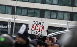 <p>A Sofia, 4.000 personnes, en majorité des jeunes, ont défié le froid pour dénoncer l'Accord commercial anti-contrefaçon (ACAC ou Anti-Counterfeiting Trade Agreement (ACTA) en anglais), un traité visant notamment à renforcer la lutte contre le piratage de musiques et de films sur internet. Des manifestations ont été également organisées dans d'autres pays, dont la France. /Photo prise le 11 février 2012/REUTERS/Stoyan Nenov</p>