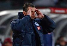 O ex-técnico do Hertha Berlin reage durante partida da primeira divisão da Bundesliga em Nuremberg. O Hertha Berlin demitiu o técnico Michael Skibbe após somente cinco jogos no comando, todos derrotas do time. Foto de arquivo. 21/01/2012      REUTERS/Michael Dalder