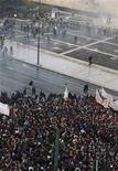 <p>A l'extérieur du Parlement à Athènes sur la place Syntagma. Des dizaines de milliers de manifestants sont rassemblés autour du Parlement grec alors que les députés doivent voter en fin de journée un projet de loi regroupant des mesures d'austérité aussi draconiennes qu'impopulaires exigées par l'Union européenne et le FMI en échange d'un nouveau plan de sauvetage. /Photo prise le 12 février 2012/REUTERS/Yannis Behrakis</p>