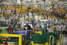"""<p>La nouvelle usine Renault à Melloussa, à 30 km de Tanger. Surgissant de nulle part, la nouvelle usine marocaine de Renault où sera produit un monospace bon marché baptisé """"Lodgy"""", est confrontée à plusieurs défis de taille, à commencer par le recrutement de cadres locaux dans un pays sans véritable expérience de l'automobile. /Photo prise le 9 février 2012/REUTERS</p>"""